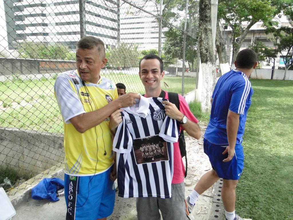 Julio, presidente do Arco, entrega camiseta comemorativa ao jornalista Diego Viñas (foto: VárzeaPédia)