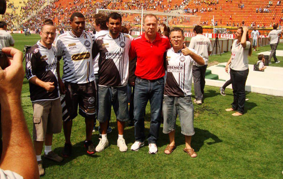 Final da Copa Kaiser 2012 no Pacaembu: da esquerda para direita, estão o artilheiro da competição Macedo (o segundo), o então técnico da Seleção Brasileira (de vermelho) e o presidente Bubu (quinto). (foto: Arquivo/Cantareira)