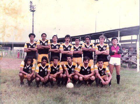 Elenco do GR Piraporinha na década de 1980, nos tempos de Desafio ao Galo. (foto: Reprodução | Facebook)